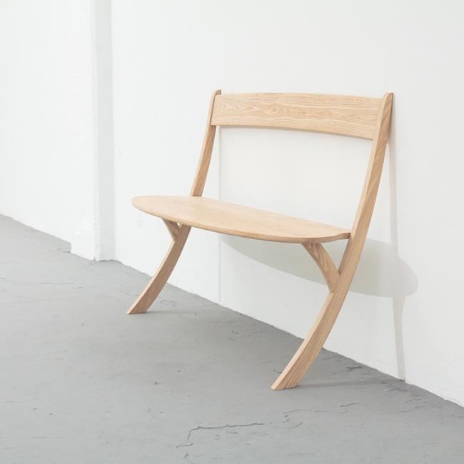 今にも滑り落ちそうなベンチ『Leaning Bench』