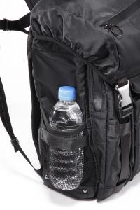 サイドには500mlのペットボトルが入るホルダーも。