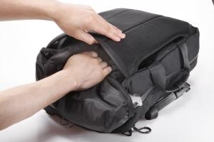 【手順2】上面のカバーと肩ベルトを背面内側に収納。