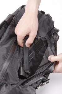 【手順3】ポケットに収納されたハンドル(取っ手)を取り出す。