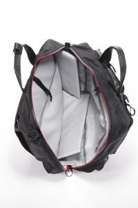 内側にはPC収納用のポケットと、長財布など貴重品が入るジップ付きポケットを装備。