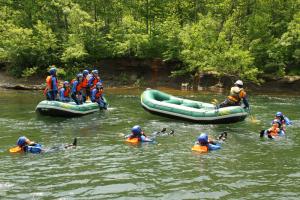 流れが穏やかなところでは、キャッキャとボートから飛び込んだりして。