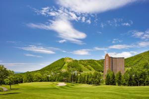 高原の中にスクッと立つ、23階建ての『ウェスティン ルスツリゾート』。