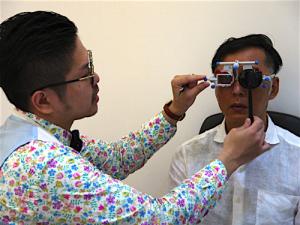 まずは左右の眼の視力をそれぞれ調べる