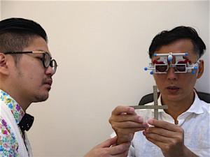 垂直と水平の2本バーを交差させることで、両眼視におけるズレの有無や度合いを検査