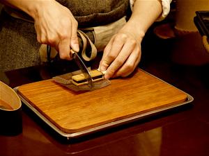 通常、バーを手でもってかじるのが正統派スタイルだが、試食用にはカットされて提供される。