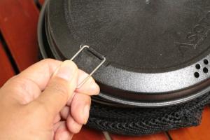 ふたの持ち上げ用つまみは、ふたと水平になるよう開いて(写真の位置)使用。