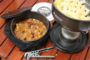 クッカーのふちは汚れがたまりにくい形状で、鍋底はバーナーから滑り落ちにくいよう粗め仕上げ。