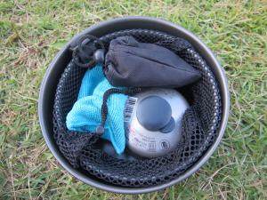 1.3L鍋の中に付属の断熱ディスクを敷き、その上に付属のリフターと同社シングルバーナー(アミカス)とOD缶をセットして収納。