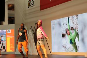 来期ウエアのトレンドをコンパクトにまとめた展示とファッションショー。都市での着こなしや旅でのウエア術を提案していた