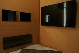 足元には32インチテレビと鏡、奥行きはないですが簡易PCデスクも完備。