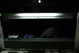 これがベッド下にある、シャッター式のカギ付き収納スペース。広々!