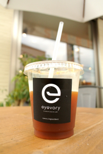振舞われるコーヒー、ホットでもアイスでも。豆は厳選のこだわり。