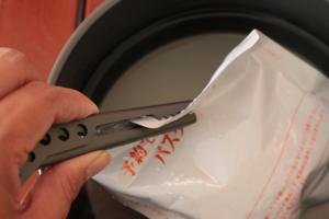 クッカーをつかむリフターは、鍋の縁に引っ掛けたままにしておける。