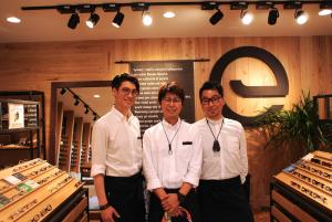 右から平野さん、田中藤太さん(eyevoryくずは店長)、渡部ジョン太郎さん。