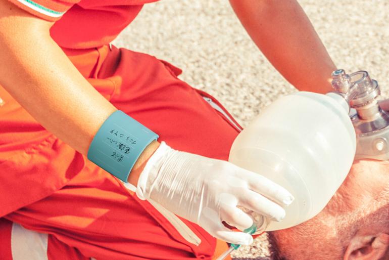 アナログだけど現場では役に立つ!?腕に巻き付けて装着するウェアラブルメモ『WEMO』|@DIME アットダイム