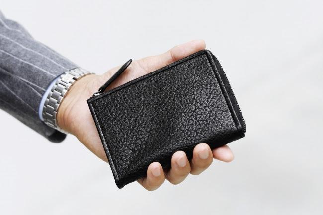 土屋鞄からワイルドな水牛革で仕立てた新型ミニ財布「ARMASスマートLファスナー」登場