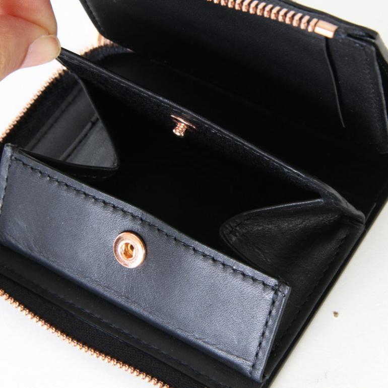 cbedceccfd97 『クリスティー ベリー コンパクト ウォレット』は、ブランドのアイコンとするべくデザインされた二つ折り財布だ。「詰め込む」をテーマにしたこちらは、外側に1か所、  ...