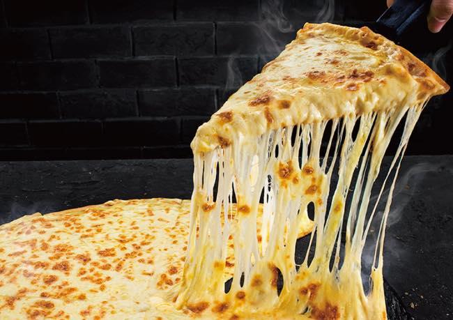 1年に2.8kgしかチーズを食べない日本人が完食できるのか? 1kgのモッツァレラがのったドミノ・ピザの「ウルトラチーズ」に挑戦|@DIME  アットダイム