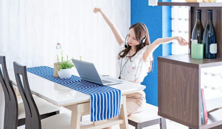 座りすぎの弊害は?運動不足の解消策は?在宅勤務中の人の8割が「座って仕事をする時…